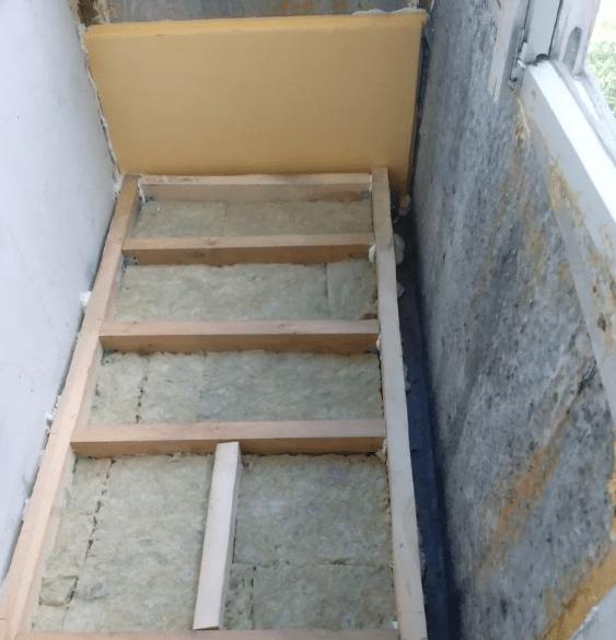 Укладка лаг на балконе