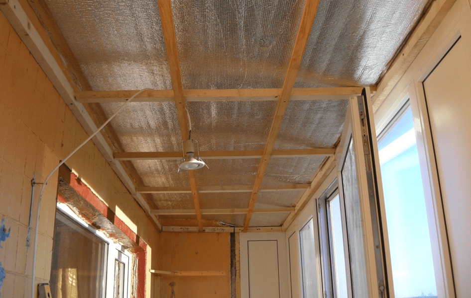 Обрешетка стен и потолка под панели на балконе